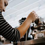 Przygotowywanie kawy z ekspresu