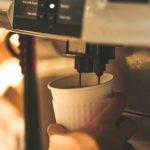 Nalewanie kawy z ekspresu